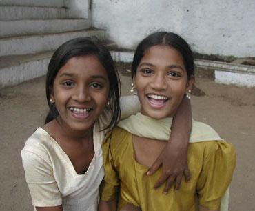 2-girls-india