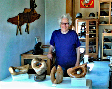 Donna-Goss-with-her-sculptures-inside-The-Cook-Gallery-2019-08-02